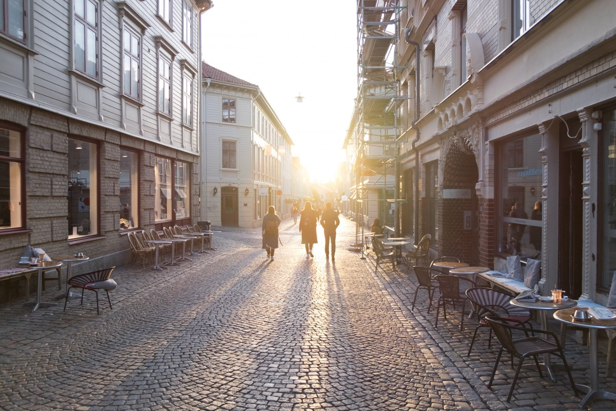 Road_pedestrian_precinct_pedestrians_evening_shadow_sunset_cobblestones_picturesque-1062678.jpgd_